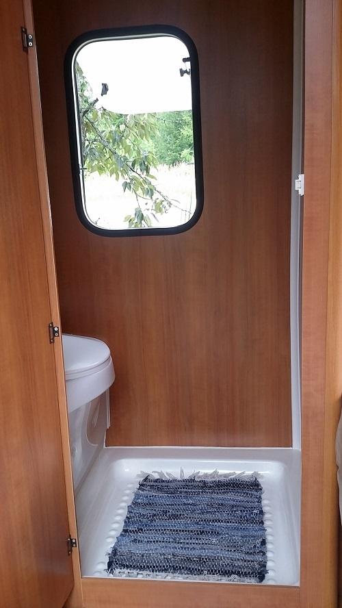 Poksista löytyy myös yllättävän tilava kasetti wc. Kemssa-aineet kuuluvat hintaan. WC:ssä on myös kaksi kymmenen litran vesisäiliötä.